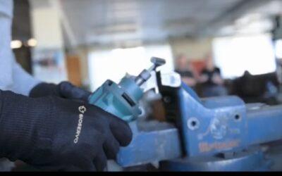 """El """"ironhand"""" reduce la fatiga y previene las lesiones por esfuerzo en los trabajadores de las fábricas."""